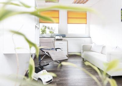 Unsere Behandlungsräume strahlen eine mit angenehme, ruhige Atmosphäre aus..